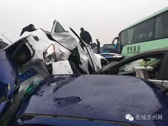 4月2日清明节小长假第一天,G42沪蓉高速常州段由南京往上海方向151K过横林枢纽4公里附近现场交通单向中断,由于处理需要,关闭罗墅湾至横山往上海方向入口,往上海方向在横林枢纽处实施分流,事故仍在处理中。